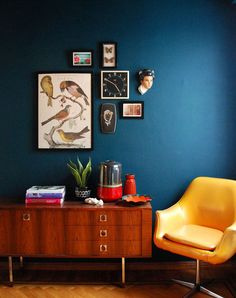 home accents living room Dark blue walls in a mid-century modern living room. This would be a gorgeous accent wall in my living room. I adore the colour. Gives me the bold look I am aiming for without having to try charcoal grey colourwashing on the wall. Berlin Flat, My Living Room, Living Room Decor, Dark Blue Living Room, Farrow And Ball Living Room, Blue Room Decor, Retro Living Rooms, Colourful Living Room, Dining Rooms
