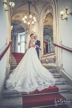 1c21bd9f1c Esküvői fényképek a kecskeméti színházból. Menyasszonyi ruha ...