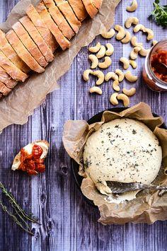 Herbed Cashew Cheese and Spicy Tomato Jam  {plaisir garanti - probablement l'une des + alléchantes recettes trouvées sur les nombreux sites de cuisine végane que je consulte  j'en bave d'envie... Il faut que je la mette en pratique le + vite possible}