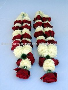 As I mentioned on another pin, I'd love for us to be able to have flower garlands at our wedding. These are a bit indulgent, what with the red roses at the ends. Indian Wedding Flowers, Flower Garland Wedding, Rose Garland, Diy Garland, Flower Garlands, Wedding Garlands, Indian Weddings, Hindu Weddings, Peach Weddings