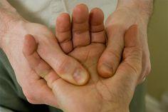 Masirajte ovu tačku na ruci: Nestaje glavobolja, napetost u leđima, vratu i sinusima
