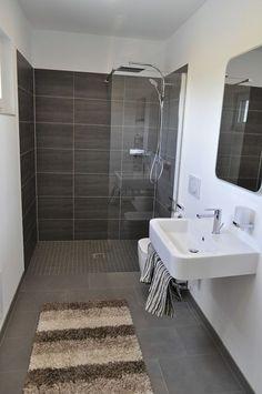 die ganzglas schiebet re f r die abtrennung der dusche ist. Black Bedroom Furniture Sets. Home Design Ideas