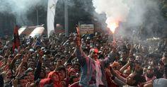 26/jan/2013 - EGITO - Torcedores do clube egípcio AL-AHLY comemoram decisão da Justiça que condenou 21 pessoas a morte pelo massacre no estádio de PORT SAID em fevereiro de 2012 que deixou 74 mortos. Khaled Desouki/AFP.