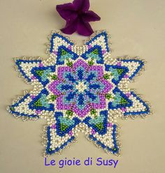 Le gioie di Susy: Centrino dame Seed Bead Earrings, Seed Beads, Beading Tutorials, Beading Patterns, Pony Bead Crafts, Beaded Bags, Pony Beads, Bead Art, Bead Weaving
