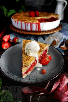 Zimtschnecken-Pie mit Rhabarber und Erdbeeren. Würzig, aromatisch, fruchtig und einfach nur lecker!