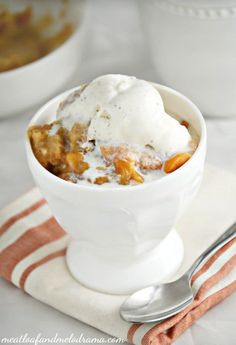 Instant Pot Peach Dump Cake is an easy summer dessert recipe that you make in the pressure cooker with just 4 ingredients in only 30 minutes! Slow Cooker Desserts, Crock Pot Desserts, No Cook Desserts, Easy Desserts, Fresh Peach Cobbler, Fruit Cobbler, Cobbler Recipe, Blueberry Cobbler, Dump Cake Recipes