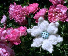 Sternblüte aus weicher Wolle mit einer Clip-/ Sicherheitsnadel-Kombination zum Befestigen auf vielen Materialien.  Erhältlich in dunkelgrau, rot, brom