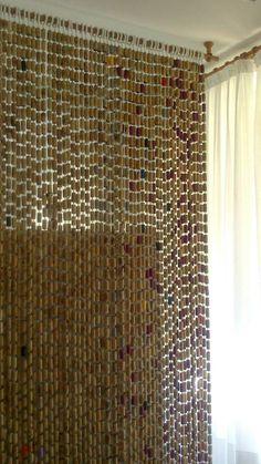 Poquito a poco, con paciencia y una gran cantidad de corchos de botellas, puedes hacer cosas tan alucinantes como esta cortina