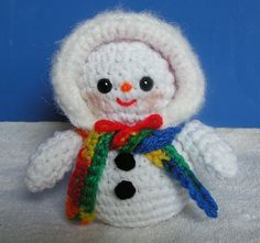 **PLEASE NOTE THAT THIS IS A PATTERN ONLY - NOT THE FINISHED SNOWMEN**  This is a whole family of snow people. It includes a Dad, Mom, Child and Baby. You can add additional children or babies to represent a larger family if youd like. The Dad is 10 tall, the Mom is 8 tall, the child is 5 tall and the baby is 4 or 5 if you include the pom-pom on his hat. They are made with eyes that have safety backs so they are OK for small children.  This is a 13-page pattern complete with photos to help…