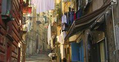 Il travel blogger americano Mattie Bamman pubblica su Viator.com la classifica dei venti motivi per cui Napoli si fa così amare. Dalle squisite pietanze della cucina al calore delle persone, passando per i musei, le isole del Golfo, il patrimonio culturale, i quartieri, la pizza e altro ancora. Secondo noi sono anche più di venti, voi che ne dite?