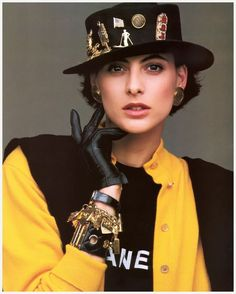 Ines de la Fressange muse to Karl; today she represents Roger Vivier Roger Vivier, Vintage Chanel, Coppola, Chanel Style Jacket, Mode Chanel, 80s And 90s Fashion, Chanel Couture, Chanel Fashion, Parisian Chic