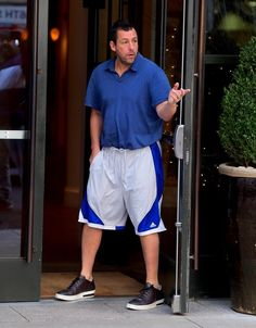 Adam Sandler, New Netflix Movies, Hot Summer Outfits, Baggy Shorts, Comedy Quotes, Jennifer Aniston, Swagg, Comedians, Actors & Actresses