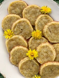 Honey Dandelion Shortbread cookies for a spring or summer day! Dandelions are a fun and unique addition to cookies and are a perfect introduction for foraging. Cookie Recipes, Snack Recipes, Dessert Recipes, Snacks, Honey Recipes, Dessert Ideas, Shortbread Cookies, Cupcake Cookies, Cookies Kids