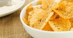 Käsechips ganz einfach selber machen mit diesem Rezept. Die Chips sind ohne Kohlenhydrate, also perfekt für eine No-Carb-Diät und sie schmecken trotzdem super lecker!