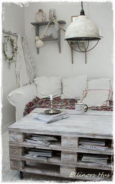 Love the rustic coffee table! Ellinors Hus