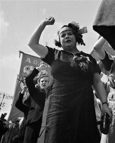 André Kertész - Manifestation du Front Populaire, grévistes de l'usine Renault, Montrouge, 1934.