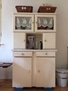 verkaufe hier ein altes k chenbuffet das vor 1950 gebaut wurde das k chenbuffet wurde einmal mit. Black Bedroom Furniture Sets. Home Design Ideas