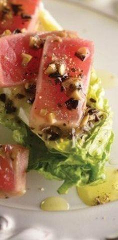 Corazón de lechuga con atún y aderezo de aceituna. | 25 Recetas de divinas ensaladas que vas a querer hacer durante todo el año