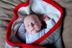 La odisea de arropar ligeramente al bebé en verano 'de sacos, arrullos & otras prendas'