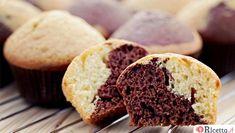 """I muffin sono i classici """"dolcetti"""" all'inglese. Sono indicati soprattutto per la colazione ma si prestano benissimo anche come """"dessert"""". Una variante interessantissima sono i muffin bicolore, oltre che buoni sono anche belli da vedere, il loro aspetto è invitante e soprattutto i più piccoli saranno invogliati"""