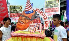 กลุ่มผู้ประท้วงต่อต้านรัฐบาลฟิลิปปินส์ถือเค้กปลอม ที่มีภาพใบหน้าของประธานาธิบดีเบนิโญ่ อากีโน ซึ่งจะมีอายุครบ 54 ปี ในวันนี้ 8 ก.พ. ก่อนจะเผาเค้กดังกล่าวในภายหลัง ระหว่างการประท้วงที่หน้าทำเนียบ ปธน. ในกรุงมะนิลา ...