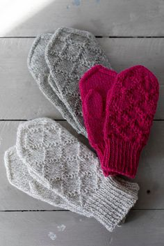 Kohoneulelapaset Kohoneulelapaset Always wanted to discover how to knit, but undecided where to begin? This specific Overall Beginner Kni. Fingerless Mittens, Knitted Slippers, Knit Mittens, Knitted Gloves, Knitting Socks, Hand Knitting, Knitting Charts, Knitting Stitches, Knitting Patterns