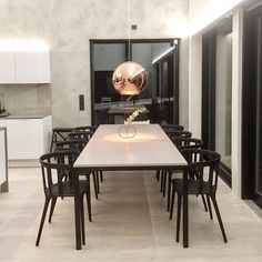 Kaunista kuparin kiiltoa ja eleganttia mustaa ruokailutilassa.