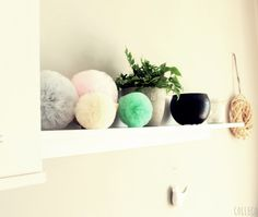 Pompony tiulowe - dekoracja salonu