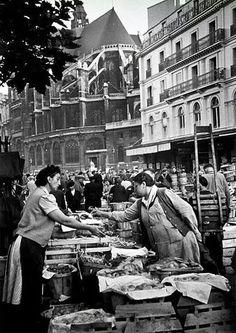 """Paris 1948 """"Les Halles"""" one of the oldest markets in Europe! Old Paris, Vintage Paris, Paris Photography, Vintage Photography, Antique Photos, Vintage Photos, Old Pictures, Old Photos, Paris Ville"""