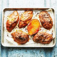 Visst går det lika bra att baka sötpotatis som vanlig potatis! Halvera sötpotatisen och lägg med skalet upp, så det blir det gott och krispigt i ugnen. Det hårdbakade skalet ger en fin kontrast till det mjuka innanmätet – och tanken är att du ska äta hela härligheten.