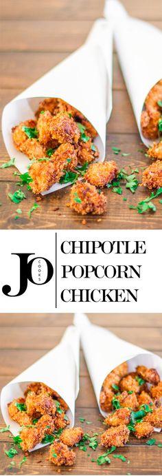 Chipotle Popcorn Kylling - så sjovt at spise og så lækker! Små bidder af kylling dyppet i en krydret dej og stegt til perfektion!