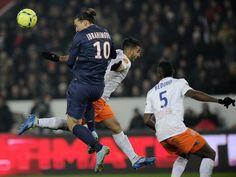 Zlatan Ibrahimovic (l) lässt im Kopfballduell Montpelliers Abdelhamid El Kaoutari ganz schön alt aussehen. Paris Saint-Germain gewann die Begegnung in der französischen Ligue 1 mit 1:0. (Foto: Yoan Valat/dpa)
