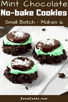 These Mint Chocolate No-bake cookies are easy and delicious. Dark chocolate and sweetened coconut no-bake cookies are topped with creamy green mint frosting, smooth chocolate ganache, and garnished with sweetened coconut flakes. This small batch recipe ma No Bake Treats, No Bake Desserts, Easy Desserts, Delicious Desserts, Dessert Recipes, Chocolate No Bake Cookies, Chocolate Recipes, Mint Chocolate, Chocolate Ganache