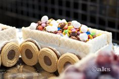 Istället för tårta kanjag tipsa om att tillverkaett glasståg till nästa kalas. Det är väldigt enkelt och det blir en garanterad succé på barnkalaset.  Ingredienser: 1/2 liters glass i olika smaker, chokladfingers, wafers, Mariekex, Singoalla/Ballerinakex, godis, bär, strössel, glassåsochev. li