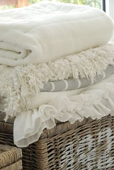cozy blankets (via Liebesbotschaft: home stories) White Cottage, Cottage Style, Shabby Cottage, Vibeke Design, Linens And Lace, White Linens, White Sheets, Living At Home, Living Room
