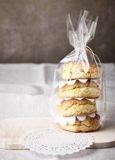 Typisch britisch und herrlich mürbe: selbst gebackene Scones. Cake Cookies, Camembert Cheese, Waffles, Muffins, Brunch, British, Cooking Recipes, Bread, Baking