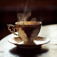 Nó thích nhìn những cốc café nóng, đôi khi là nhìn chăm chăm trong vô thức.  Bởi lẽ, theo cốc café thong thả đưa khói, nó thấy mình cũng chậm rãi lắng dịu dần và thanh thản hơn... Và nó luôn gọi cho mình café nóng. Cười :)~