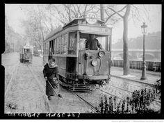 [8/3/1917, Paris, femme à l'aiguillage des voies du tramway ?] : [photographie de presse] / [Agence Rol]