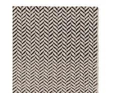 urbanara - 140x200, 230,- Klassisch elegant kommt unser Teppich Kolvra in Ihrem Zuhause zu liegen. Reine Schurwolle und Baumwolle wird liebevoll von Hand in Leinwandbindung verwoben. Das Fischgratmuster sorgt für eine kühle Geradlinigkeit, die Ihrem Raum mehr Größe verleiht. Kombiniert mit einer rutschfesten Unterlage bleibt der Teppich an Ort und Stelle.