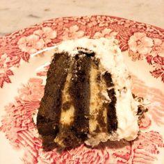 Torta de chocolate recheada de creme e coberta de chantilly