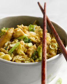 Deze nasi is een snel en eenvoudig Oosters eenpansgerecht waarbij rijst gebakken wordt met kip en ei. Ideaal om een restje rijst te verwerken.