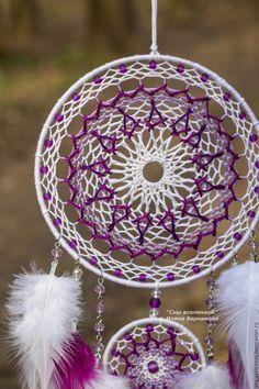 Dream Catcher Mandala, Dream Catcher Craft, Crochet Dreamcatcher, Crochet Mandala, Dreamcatchers, Bead Embroidery Jewelry, Beaded Embroidery, Crochet Thread Patterns, Dream Catcher Tutorial
