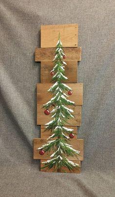 Sapin de Noël régénérée bois palette Art, neige en hiver, Noël à la main peint, upcycled, art mural, en détresse  Peinture acrylique originale sur des planches de palettes récupérés. Cette pièce unique est x apprx 36. 12  Cet arbre recouvert de neige avec des ampoules rouges peut être utilisé pour une touche rustique personnalisée à votre décoration de Noël. Parfait pour cet espace de mur maigre ou tout simplement se pencher contre le mur.  Toutes mes créations sont faites de planches…