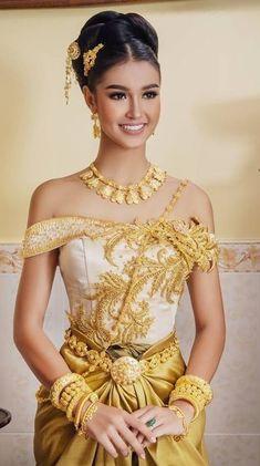 Cambodian Wedding Dress, Thai Wedding Dress, Khmer Wedding, Thai Traditional Dress, Traditional Wedding Dresses, Traditional Outfits, Royal Dresses, Nice Dresses, Cambodian Women
