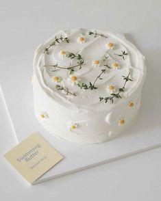 Pretty Birthday Cakes, Pretty Cakes, Cake Birthday, Birthday Cake Decorating, Mini Cakes, Cupcake Cakes, Daisy Cupcakes, Simple Cake Designs, Simple Cakes