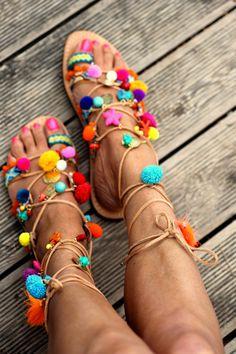 Handgemachte reine griechische Leder Römersandalen dekoriert mit handgefertigten Freundschaften Riemen (auf den Schuh genäht), bunte Pompons, Halbedelsteinen (Korallen und türkis) und Quasten.  Diese Sandalen sind meine neueste Obsession mit den psychedelischen Outfits der Beatles (während der Magical Mystery Tour), die marokkanischen Gewürz Märkte und Outdoor-Musik-Festivals.  Gemacht für diejenigen, die wollen ihre Sommertage unbeschwert in ihrer Welt, diejenigen, die versuchen, unter…