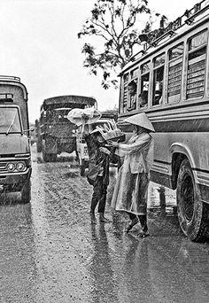 Hàng rong cho khách xe đò dọc đường.