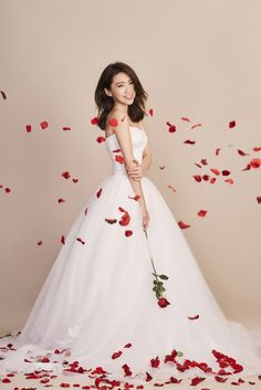How to take a pictorial style wedding photo? My wedding photo sharing: prepare homework, tidbits. Couple Photoshoot Poses, Pre Wedding Photoshoot, Wedding Poses, Wedding Couples, Wedding Bride, Dream Wedding, Wedding Images, Wedding Styles, Korean Wedding Photography