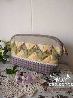 Inspiration only.from China. Patchwork Quilt, Patchwork Bags, Diy Bags No Sew, Diy Bags Patterns, Quilted Tote Bags, Pouch Bag, Pouches, Fabric Bags, Little Bag