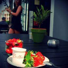 Hallo Offenburg, wünschen Euch einen wunderschönen Sonntag 💜💤 und dazu hausgemachte Z-Eis-Creme zur Abkühlung 🍓🍦🍓 Schlecken Deluxe 😍 Grüße aus dem Z Café Offenburg